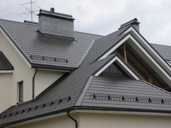 Снегозадержатель на крыше дома