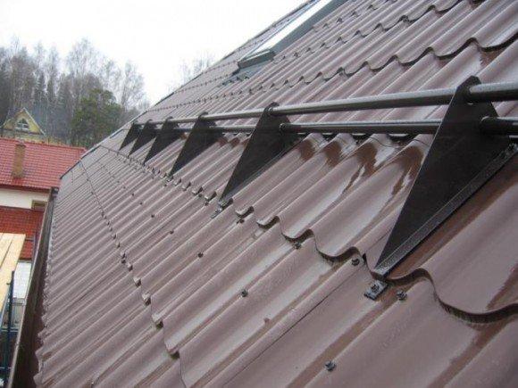 Трубчатые снегозадержатели на крыше