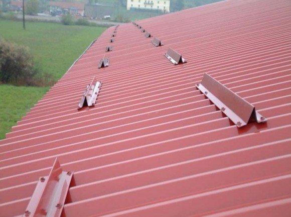Уголковые снегозадержатели на крыше