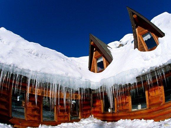 Крыша дома укрыта снегом