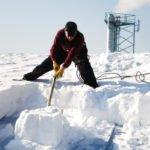 Убираем снег с крыши – безопасно и быстро