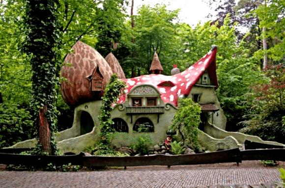 Сказочный дом с необычной крышей