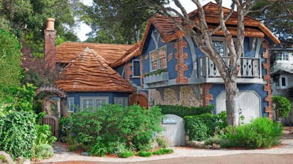 Высокий дом с разноуровневой крышей