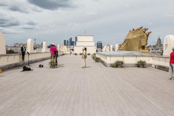Смотровая площадка на крыше у входа в парк Горького в Москве