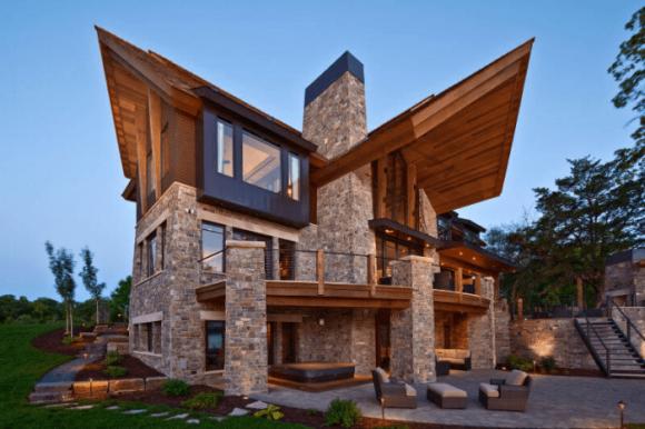 Дом с необычной фигурной крышей