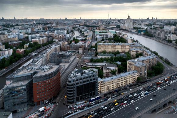 Вид со смотровой площадки на крыше гостиницы Красные холмы в Москве