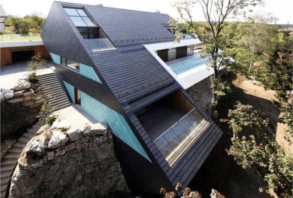 Дом с красивой крышей