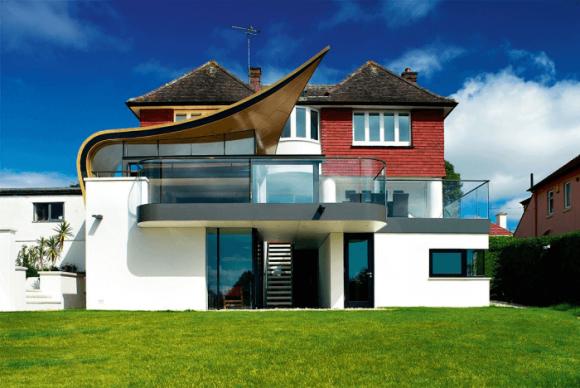 Дом с необычной разноуровневой крышей