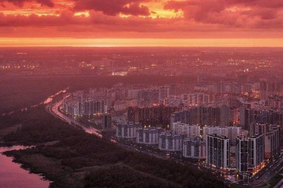 Вид на жилой массив с крыши Лахта центра в Санкт-Петербурге