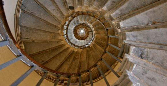 Винтовая лестница внутри стелы Monument, Лондон