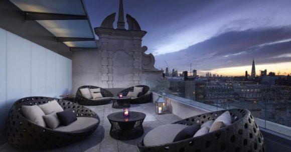 Бар на крыше отеля ME London с видом на город