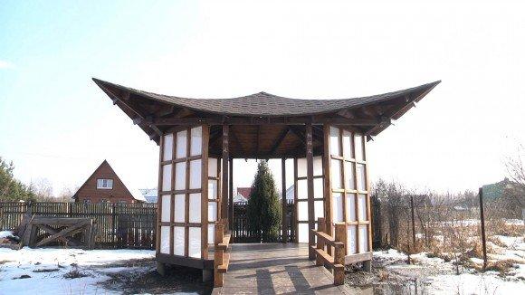 Беседка с крышей в китайском стиле