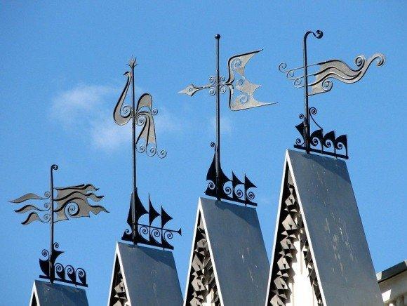 Флюгер, установленный на коньке крыши