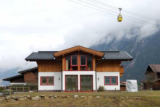 Дом с широкими выносами крыши