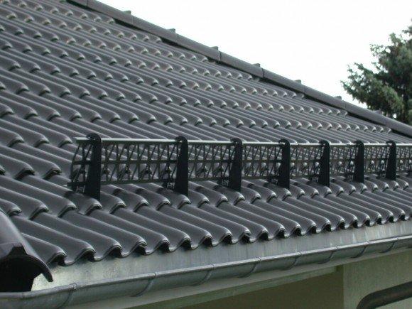 Решетчатые снегозадержатели на крыше