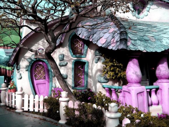 Необычный яркий дом с красивой крышей