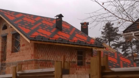 Дом с яркой крышей