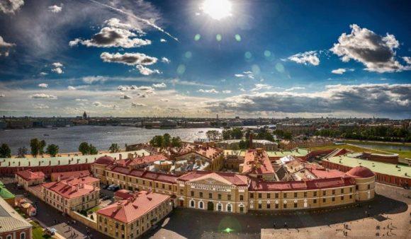 Вид со смотровой площадки Петропавловского собора в Санкт-Петербурге