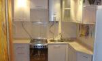 Дизайн кухни в хрущёвке с газовой колонкой и холодильником