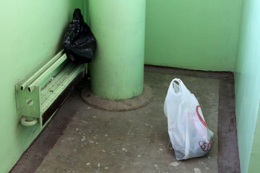 соседи мусорят в подъезде