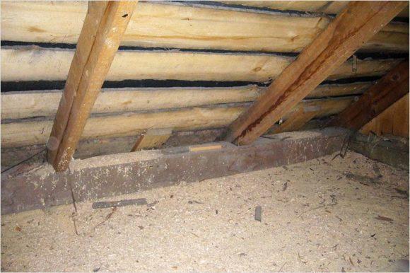 утеплить потолок опилками