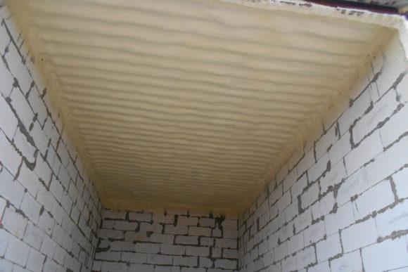 как утеплить потолок с холодной крышей