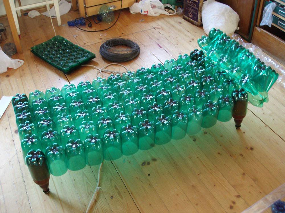 как сделать стол из пластиковых бутылок картинки кормушек для