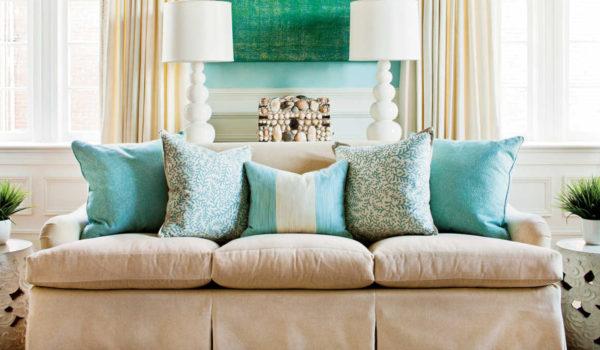 Как декорировать диван подушками