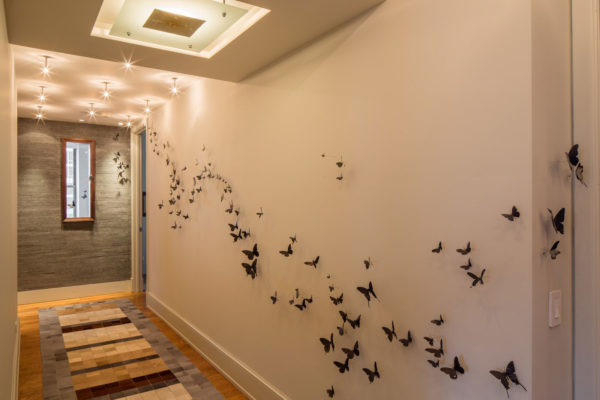 Как оформить стены в коридоре - 70 фото