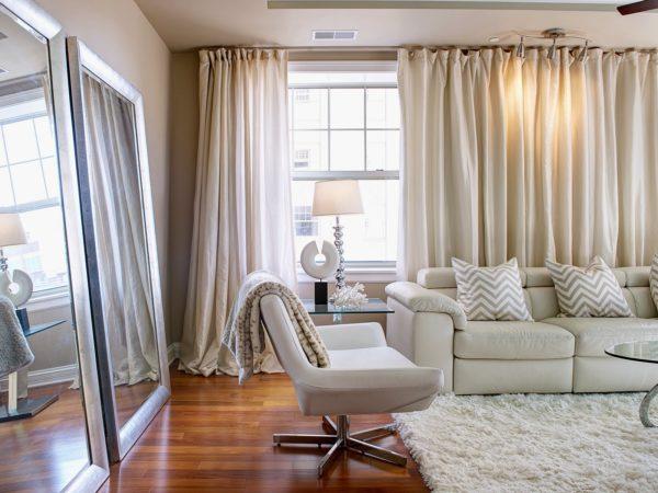 Подбор штор в гостиную по цвету обоев и мебели