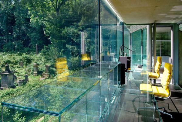 Прозрачный дом на кладбище, Англия