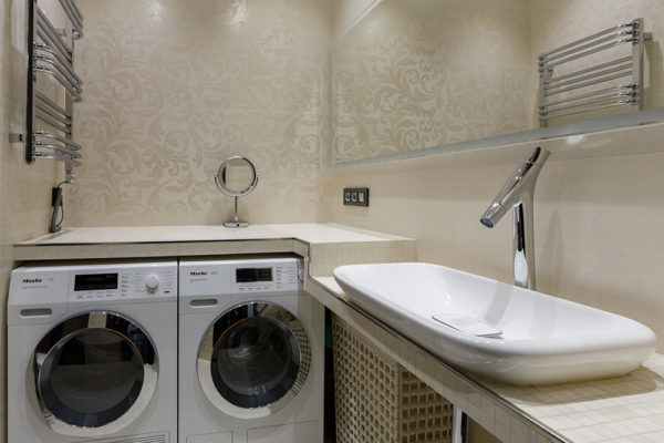 Дизайн ванной комнаты площадью 4 кв. м. с туалетом, стиральной машиной
